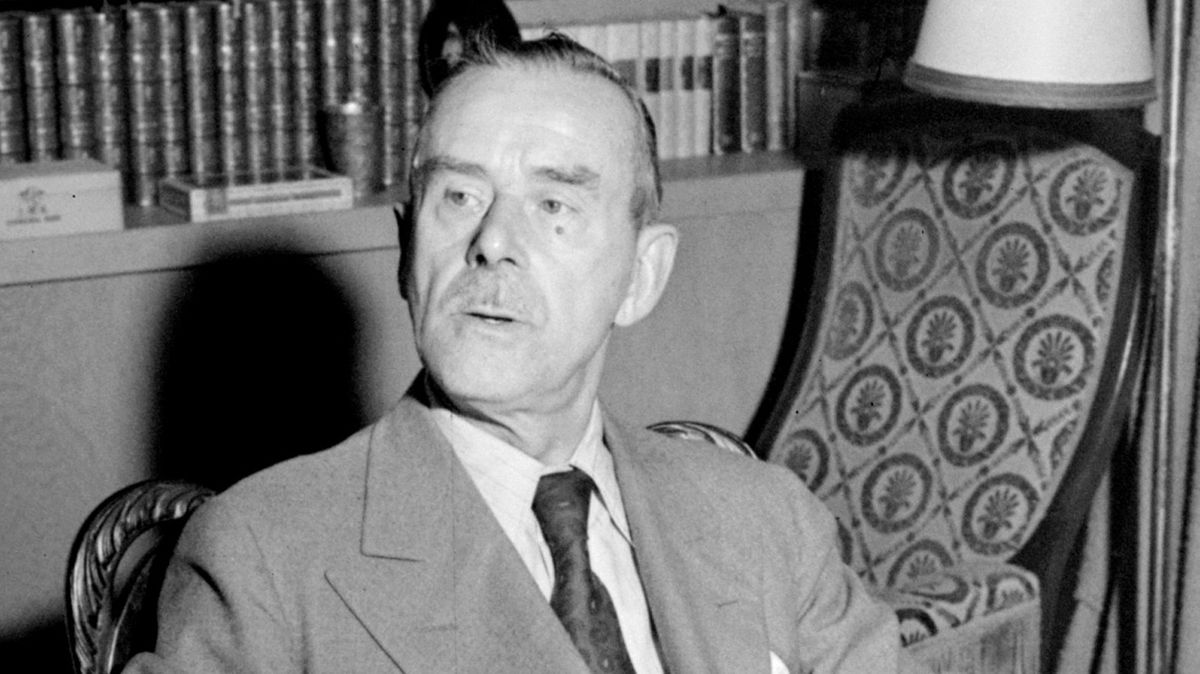 Thomas Mann in seinem Arbeitszimmer in Pacific Palisades
