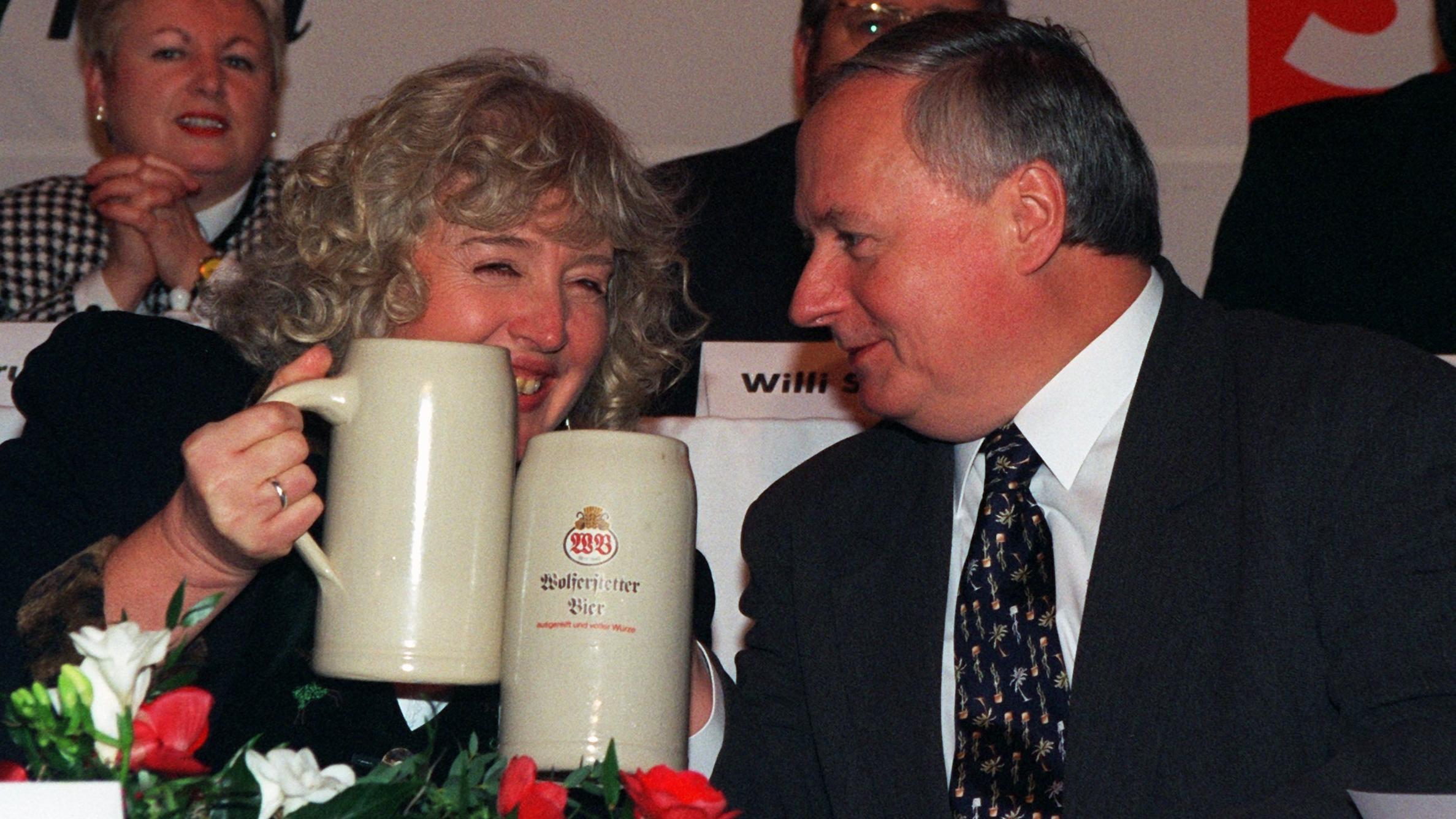 Renate Schmidt und der Bundesvorsitzende Oskar Lafontaine  auf dem Politischen Aschermittwoch der SPD im Wolferstetter Keller in Vilshofen