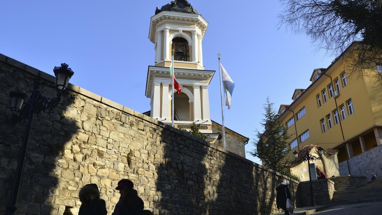 Besucher gehen vor der Eröffnungsfeier von Plowdiw als Europas Kulturhauptstadt 2019 durch die Alstadt.