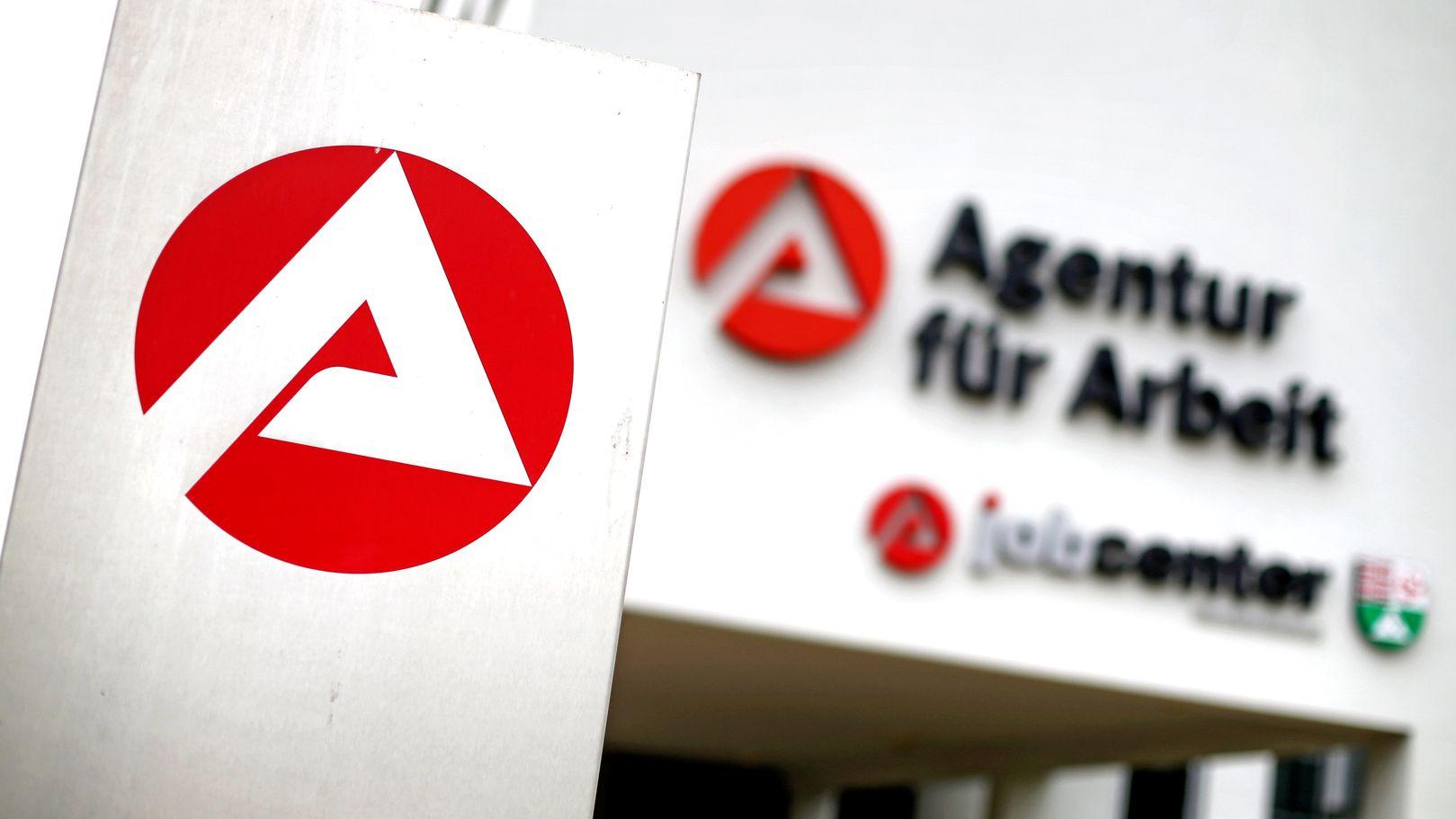 Die Außenfassade eines Jobcenters mit dem Logo der Agentur für Arbeit.