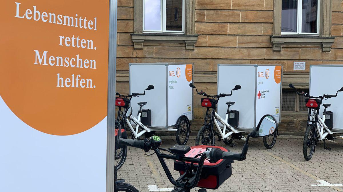 """Auf einem Lasten-Fahrrad steht die Aufschrift """"Lebensmittel retten. Menschen helfen."""""""