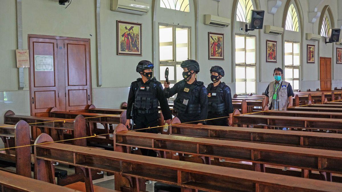 Polizisten in Indonesien in einer katholischen Kirche