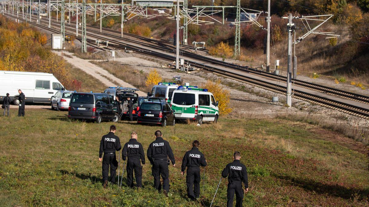 Polizisten untersuchen die ICE-Strecke bei Allersberg nach dem versuchten Anschlag.