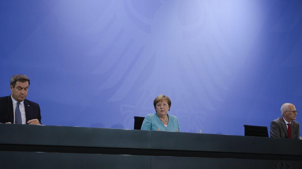 Bundeskanzlerin Merkel nimmt mit Söder, Ministerpräsident von Bayern (l) und Tschentscher, Hamburgs Bürgermeister, an einer Pressekonferenz teil.