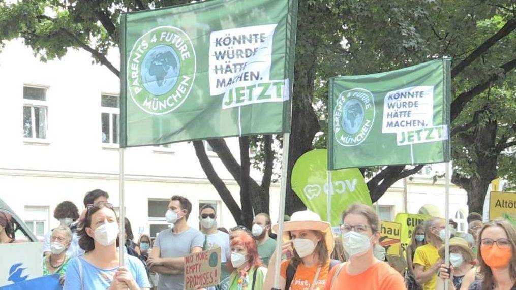 Demonstranten bei Münchner Klimademonstration am Freitag, 23.07.2021