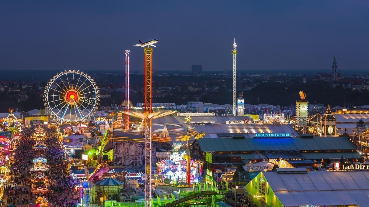 Symbolbild: Münchner Oktoberfest in der Dunkelheit