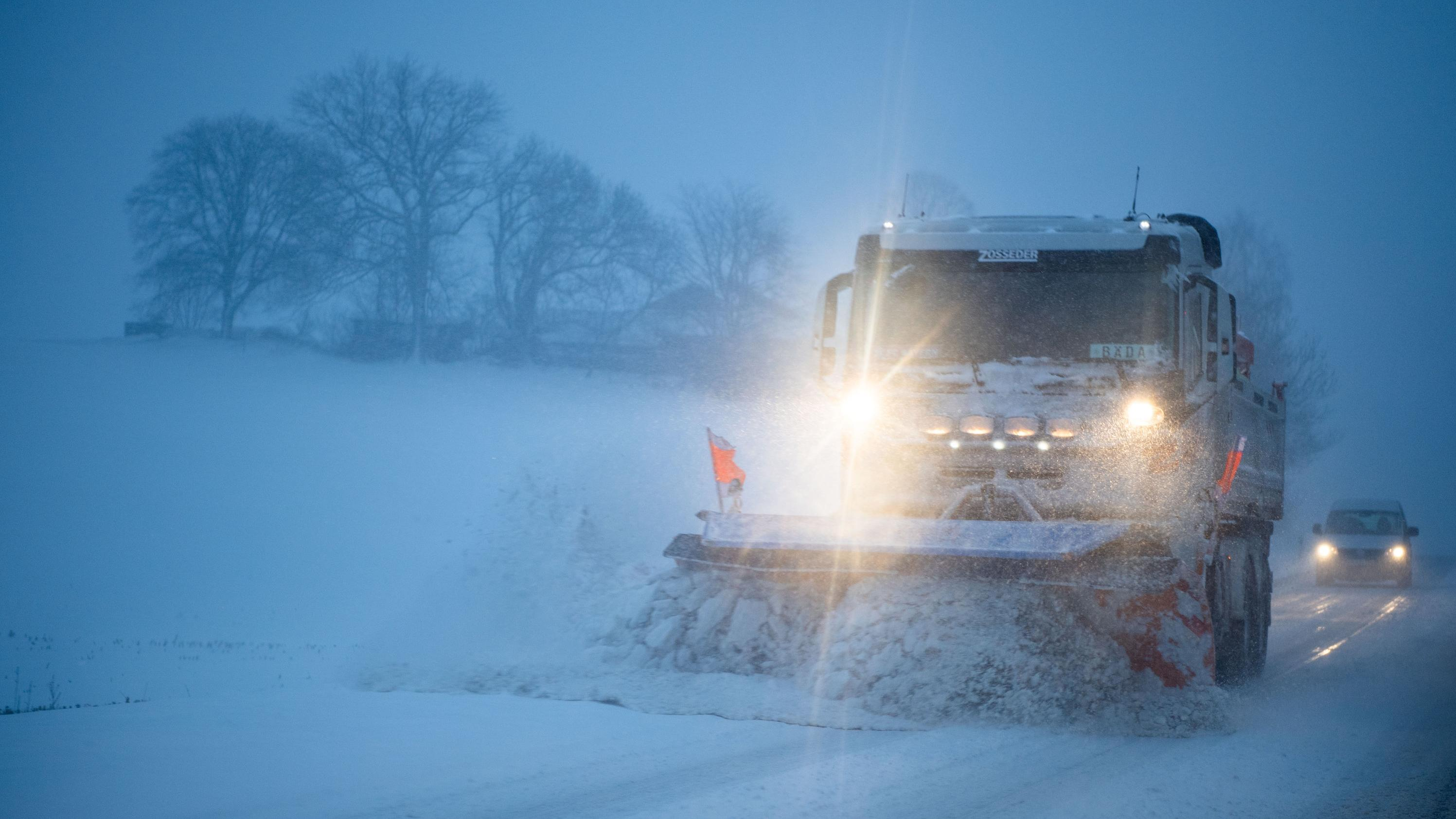 Ein Schneepflug bei Wasserburg am Inn
