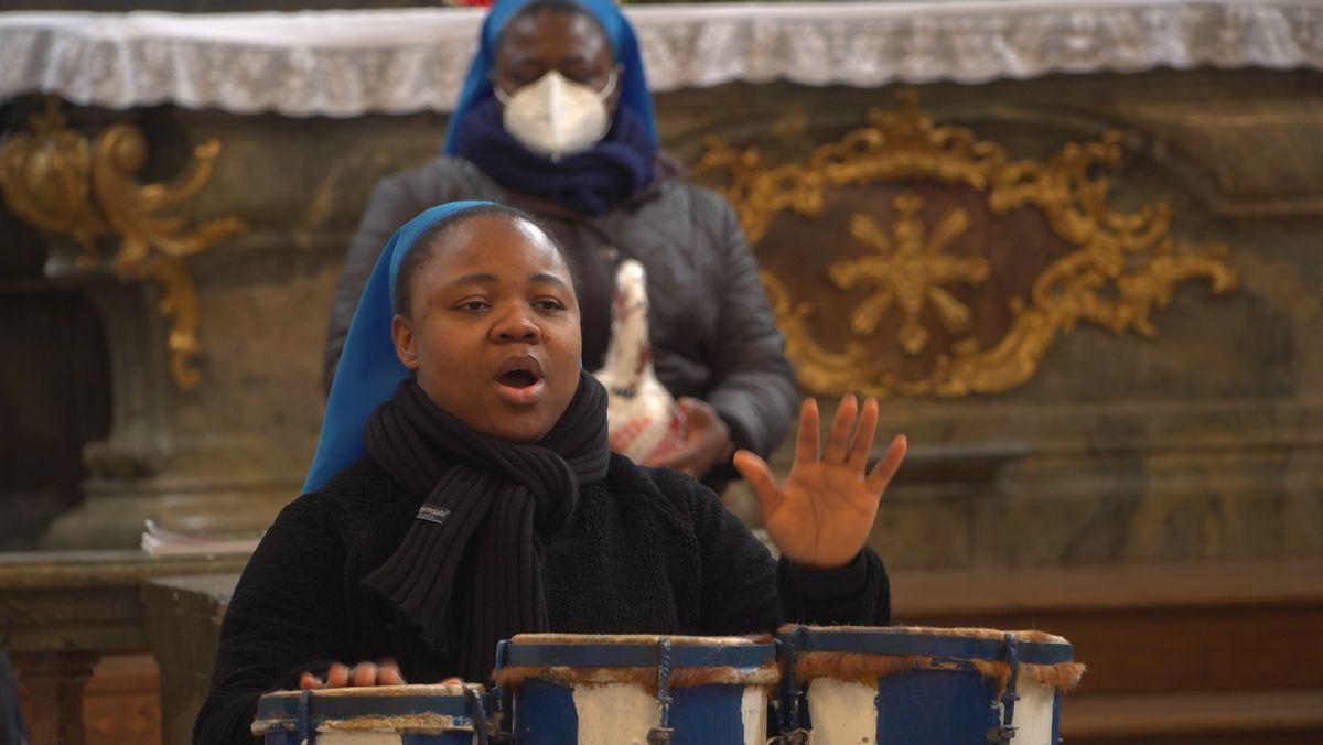 Ordensschwester der Töchter der göttlichen Liebe trommelt in der Seeger Kirche St. Ulrich