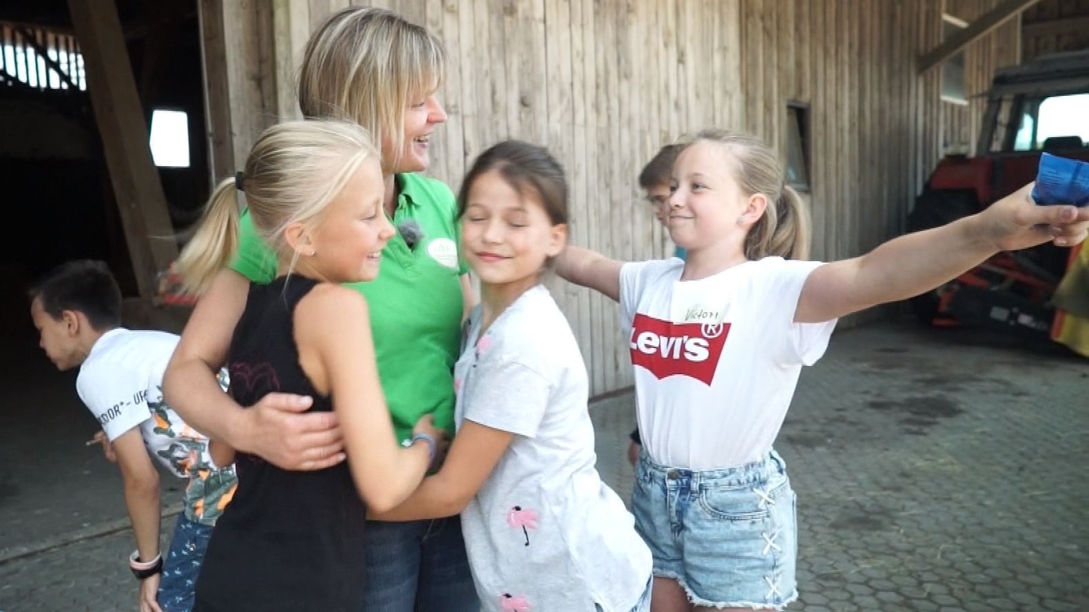 Erlebnisbäuerin Christiane Zeintl und Grundschul-Kinder am Ende ihres Tages am Bauernhof