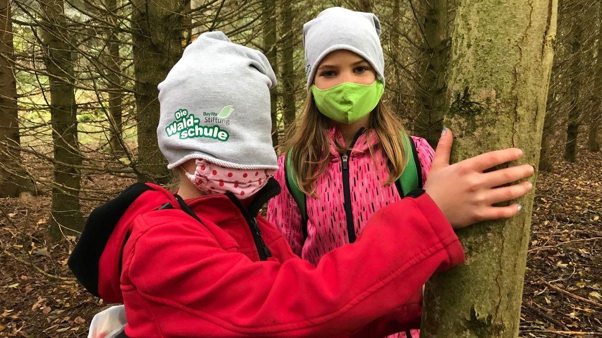 """Kinder berühren """"blind"""" einen Baum und erfahren dadurch die Natur mit allen Sinnen"""