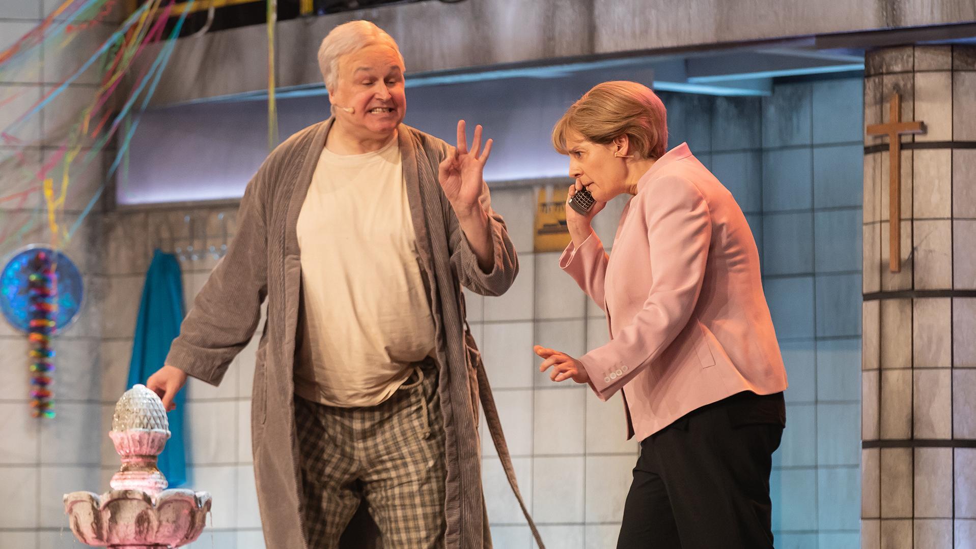 Horst Seehofer (Christoph Zrenner) und Angela Merkel (Antonia von Romatowski).