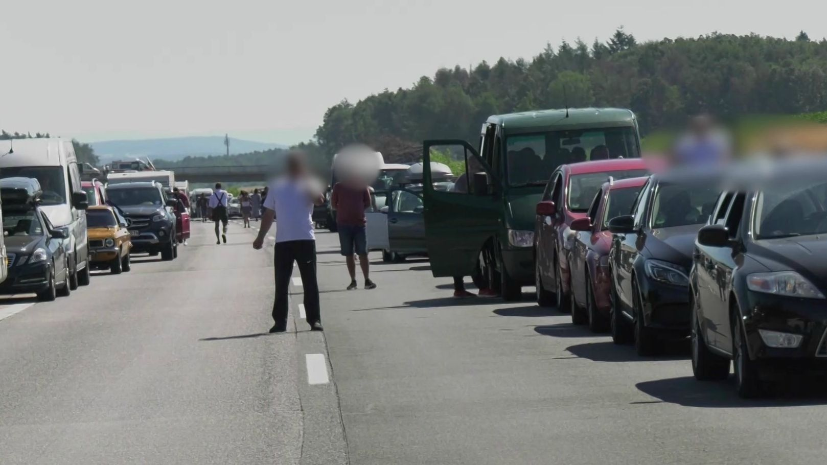 Autofahrer laufen auf der gesperrten A3