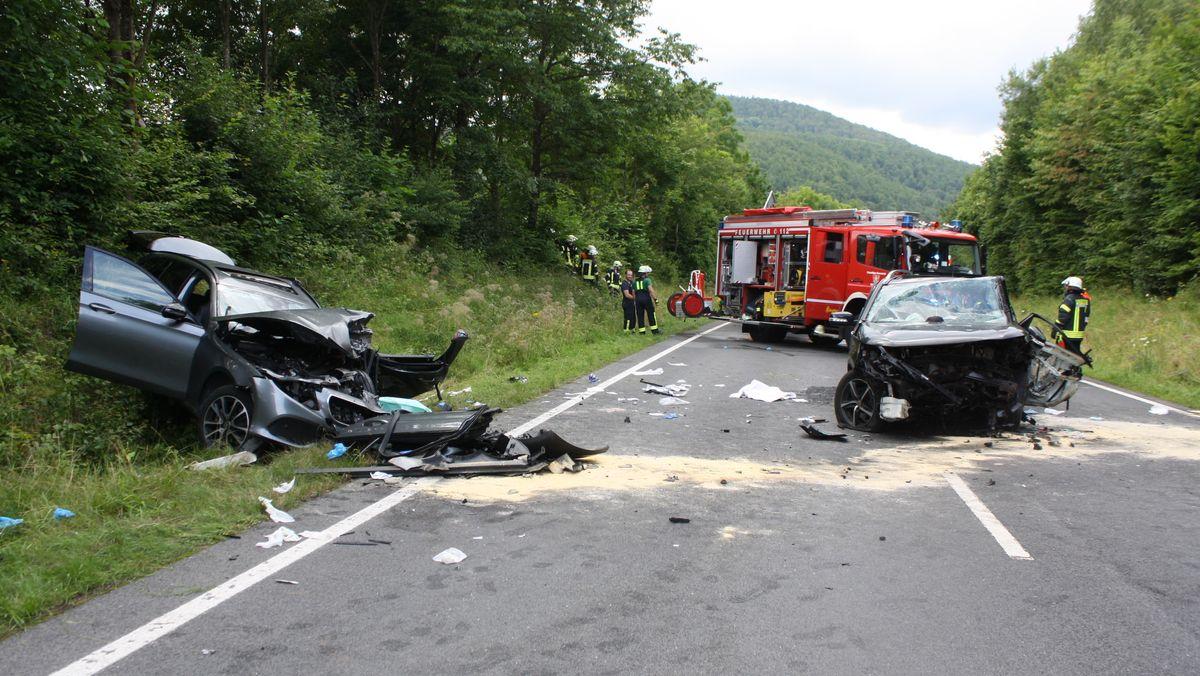 Unfallwracks nach einem Frontalzusammenstoß bei Oberbach.