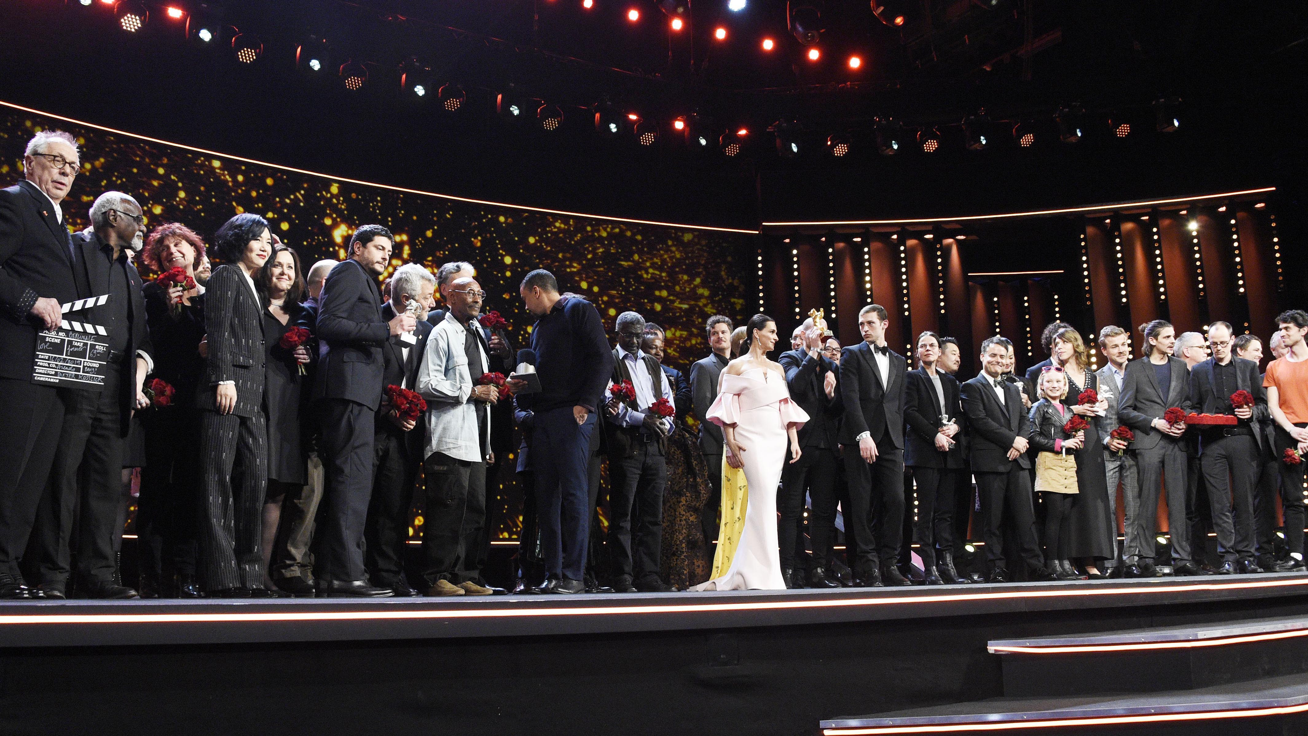 Preisträger der Berlinale 2019 versammeln sich auf der Bühne.
