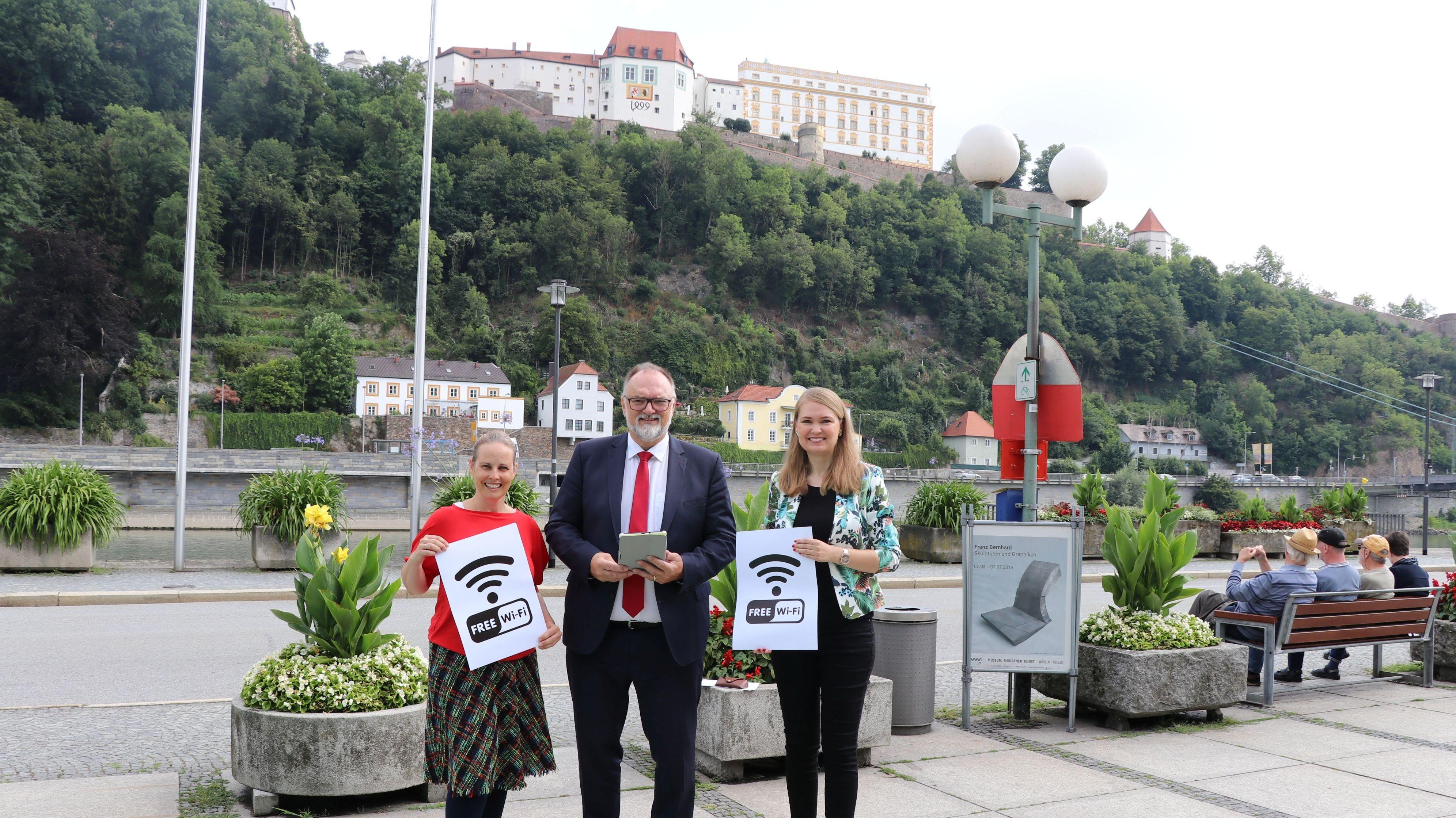 Passaus OB Jürgen Dupper vor der Veste Oberhaus