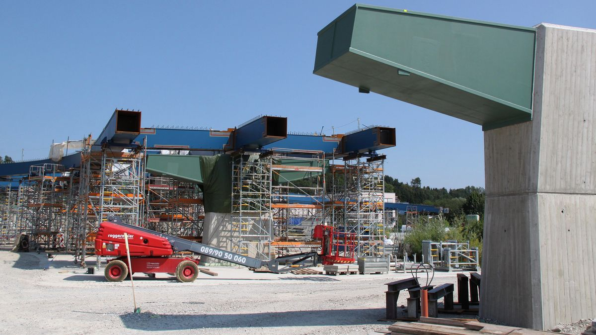 """Tonnenschwere Stahlträger für die """"Aicherparkbrücke"""""""
