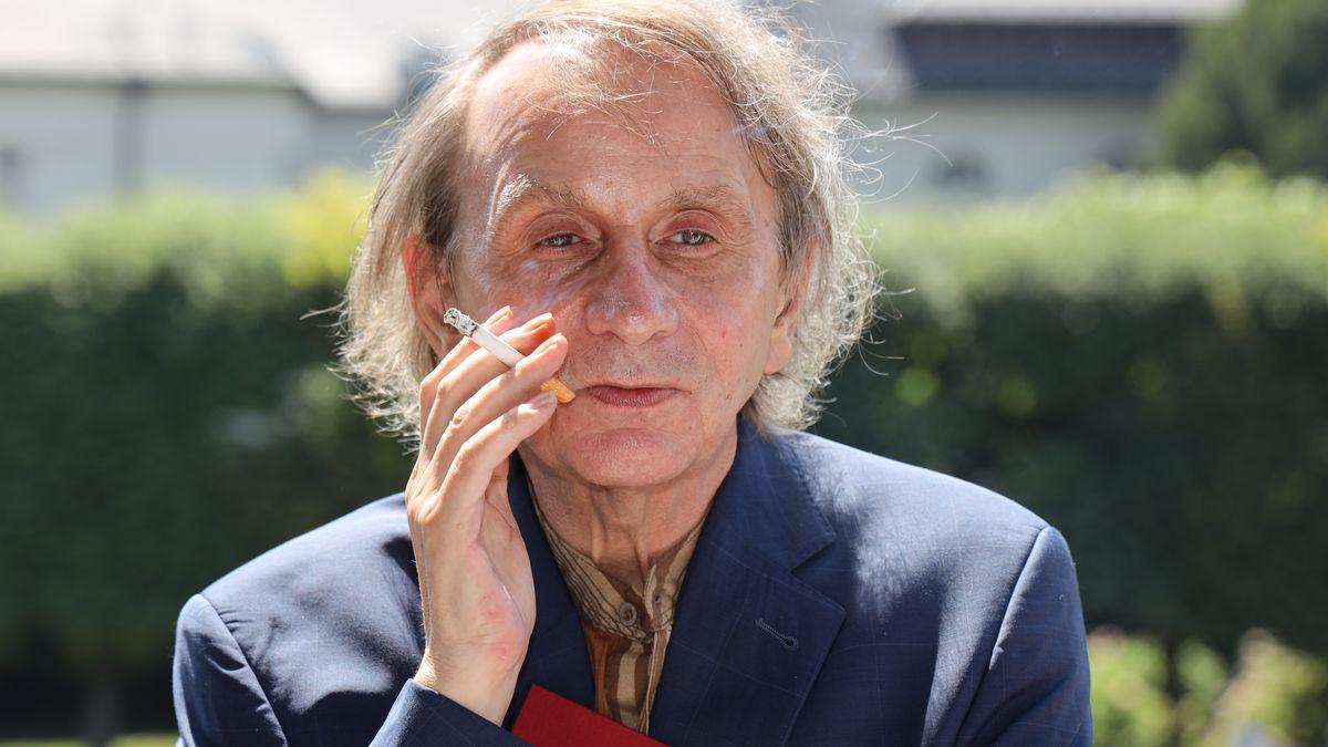 Michel Houllebecq mit Zigarette