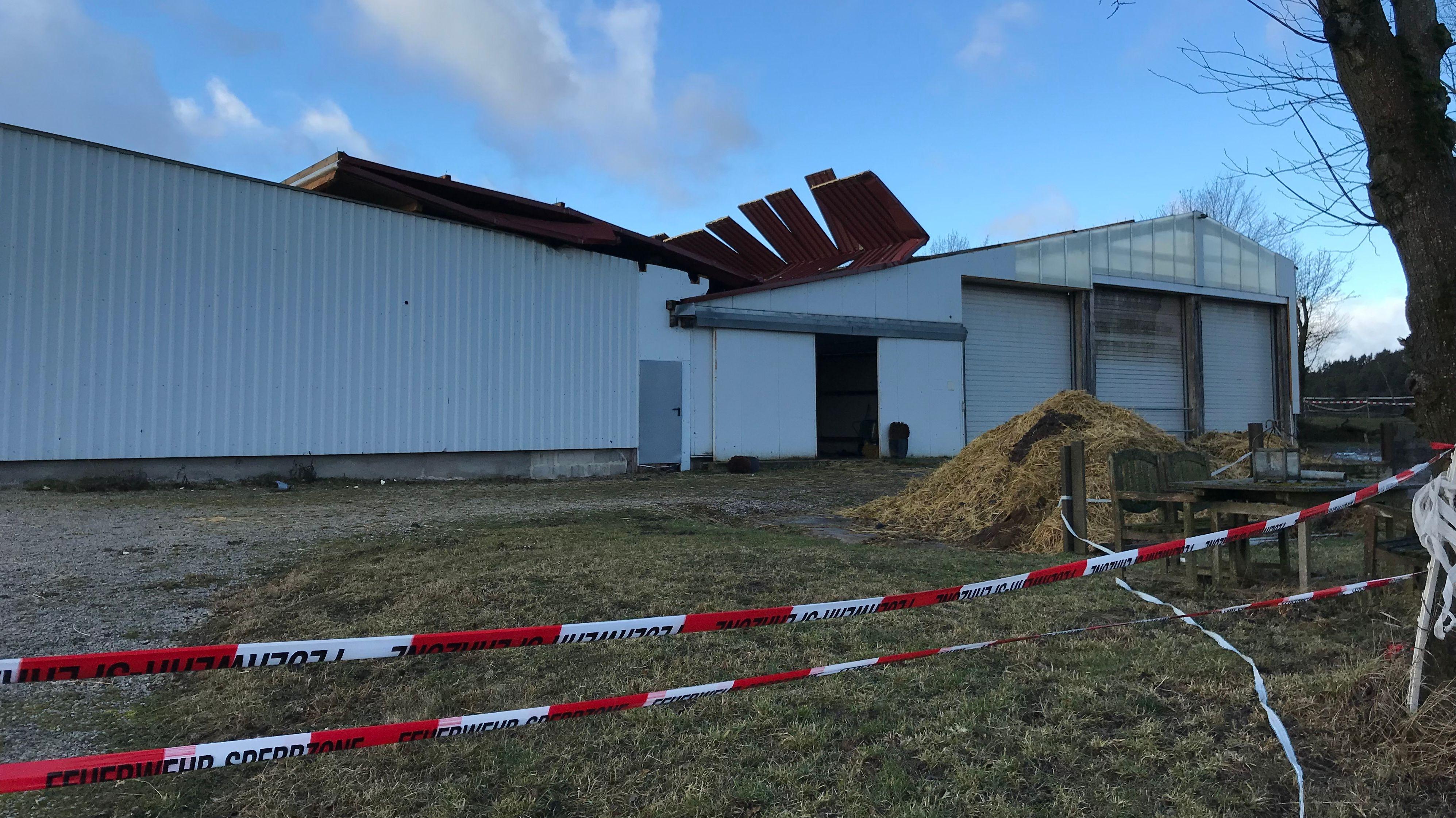 In Thonhausen wurde das Dach eines Pferdestalls abgedeckt.