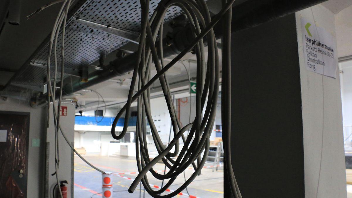 Kabel hängen von der Decke