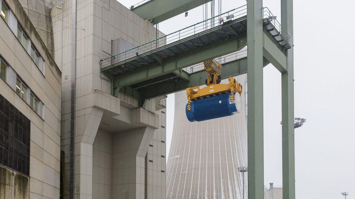 Spezialbehälter wird aus Grafenrheinfelder Reaktor transportiert