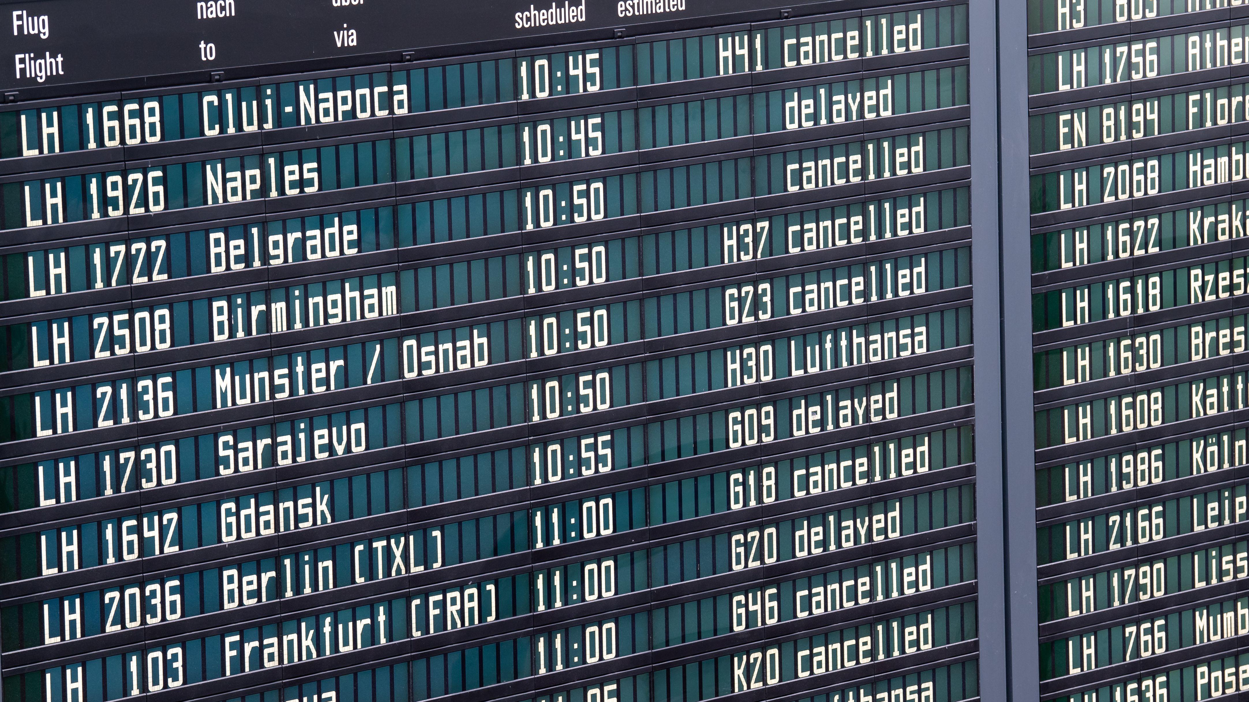 An der Anzeigetafel des Münchner Flughafen zeigt zahlreiche annullierte Flüge an.