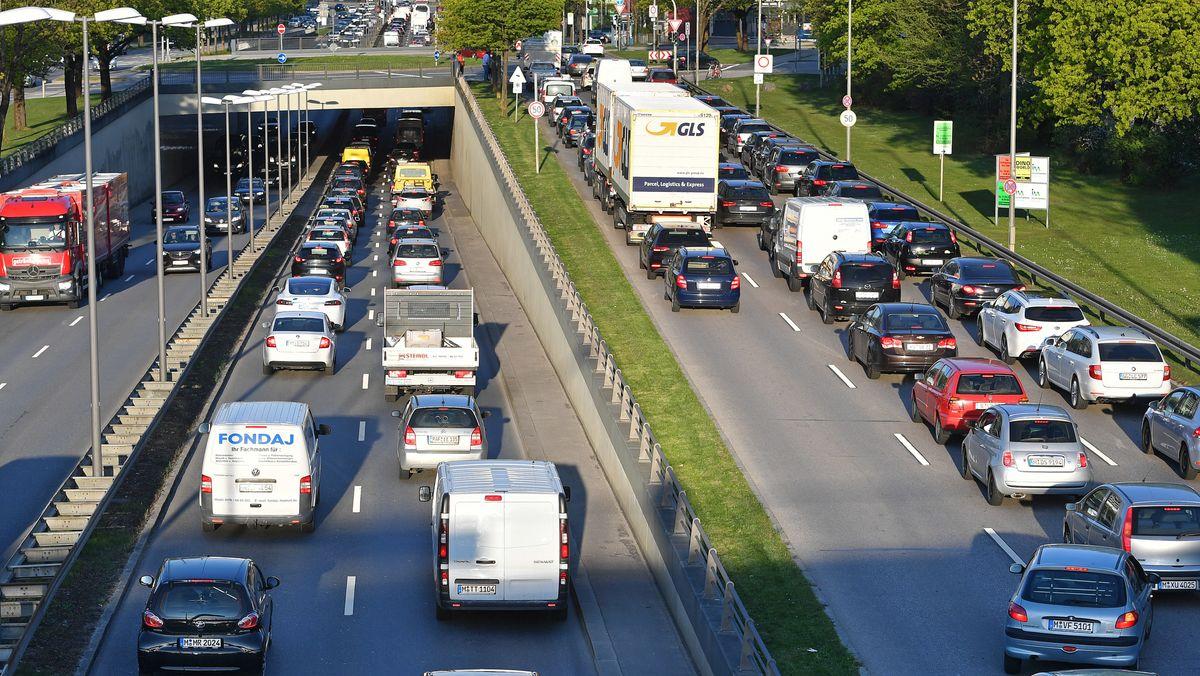 Dichter Straßenverkehr auf dem Mittleren Ring in München.