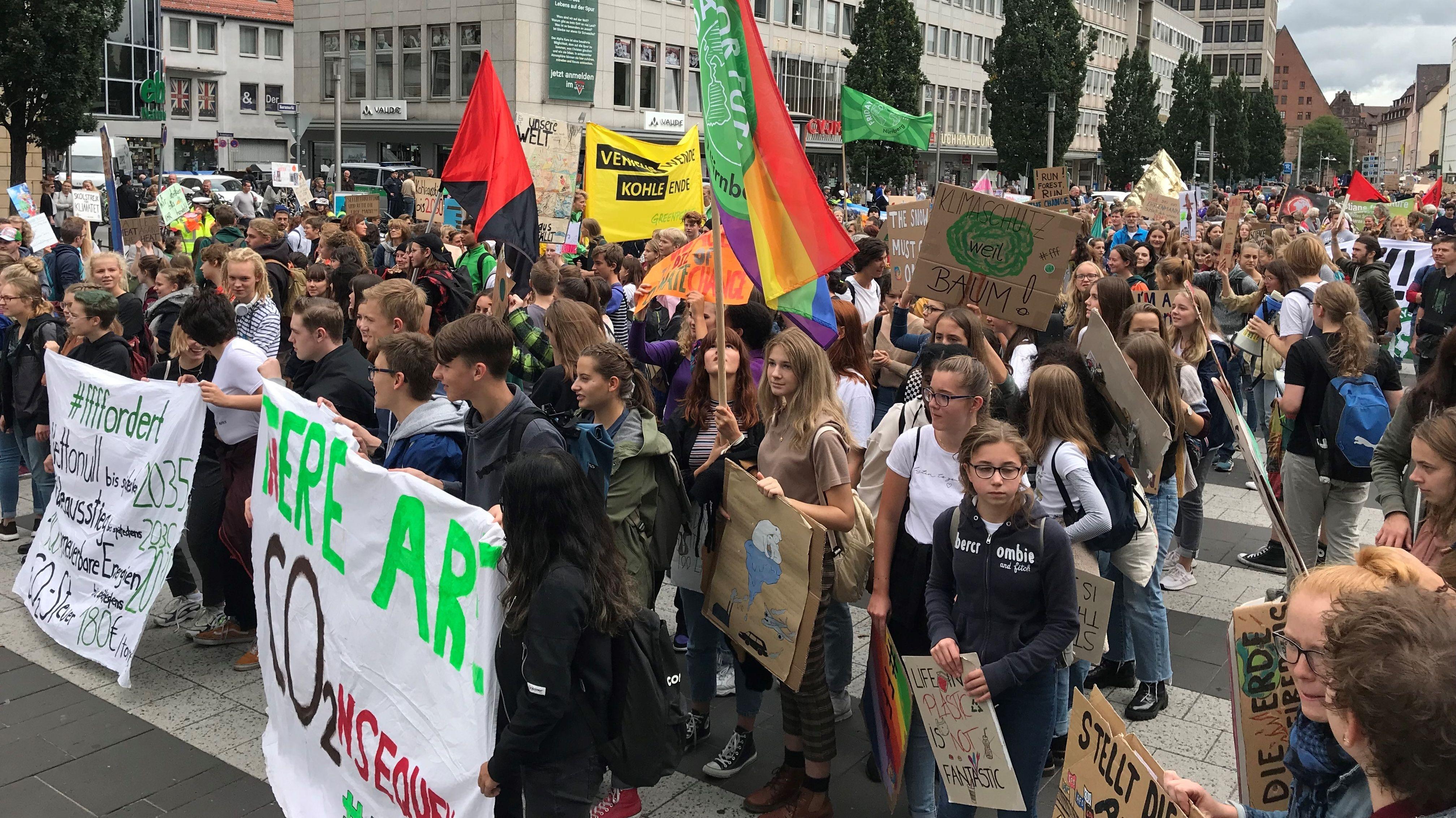 In der Nürnberger Innenstadt haben mehr als 700 Fridays-for-Future-Aktivisten für einen besseren Klimaschutz demonstriert. Das Klimapaket der Bundesregierung von vergangener Woche kritisierten sie scharf.