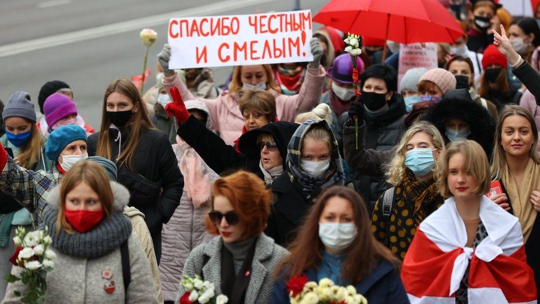 Frauen ziehen durch die Minsker Innenstadt. Sie verabreden sich traditionell am Wochenende zum Protest gegen Langzeit-Präsident Lukaschenko.