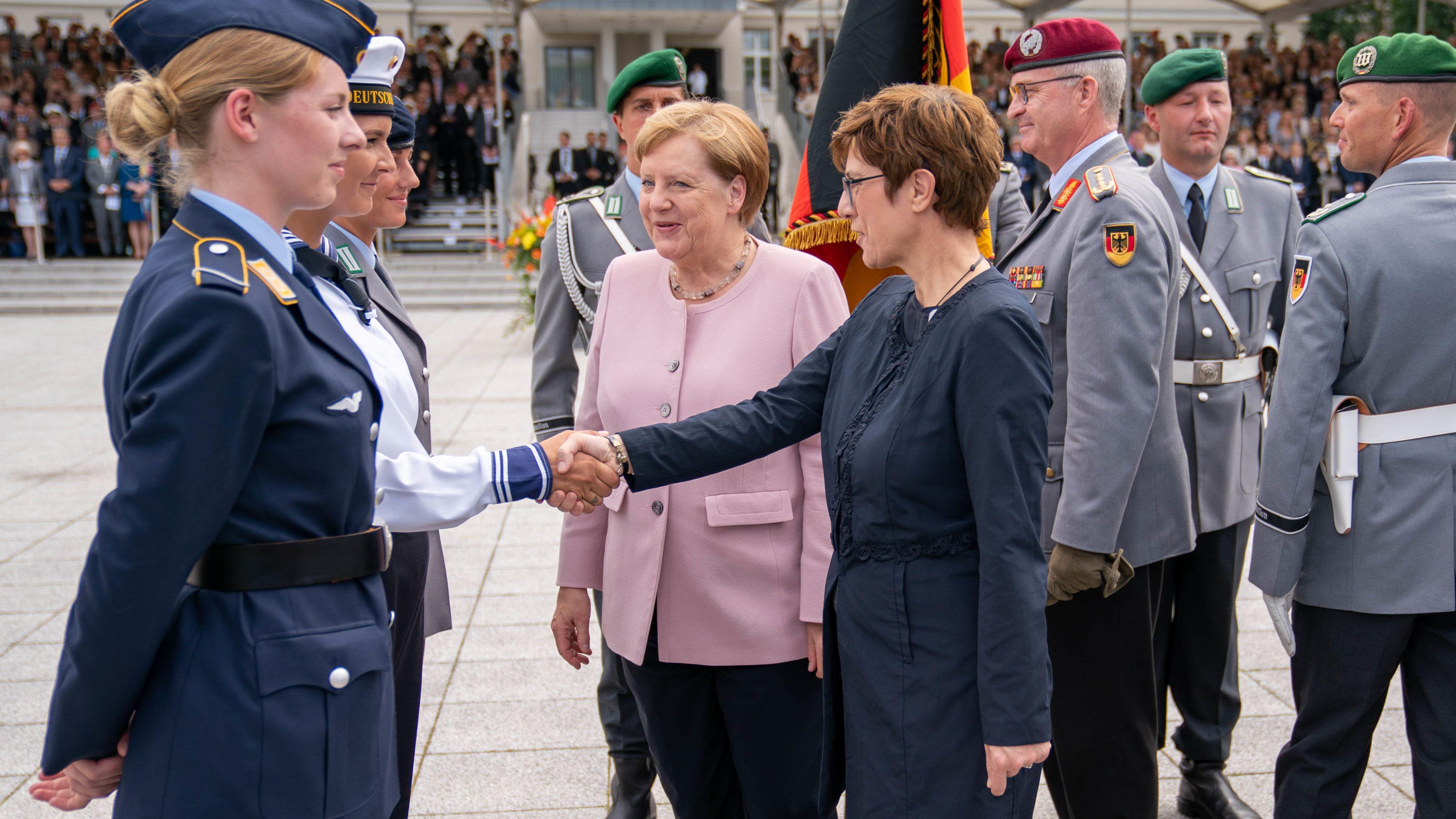Karrenbauer mit Merkel bei der Bundeswehr