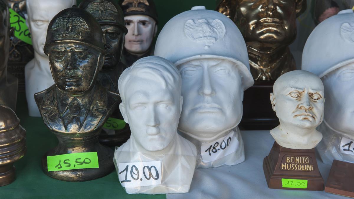 Köpfe aus Bronze und Gips von Mussolini und Hitler im Schaufenster eines Souvenir-Shops
