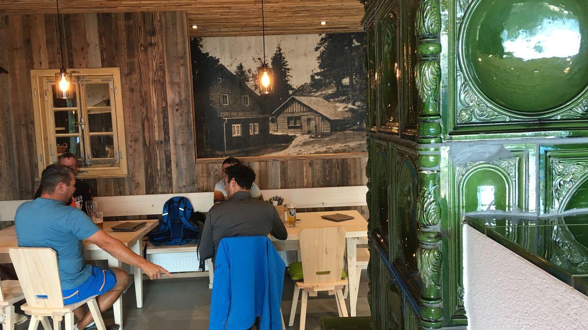 Der grüne Kachelofen aus dem alten Schutzhaus wurde im neuen wieder aufgebaut
