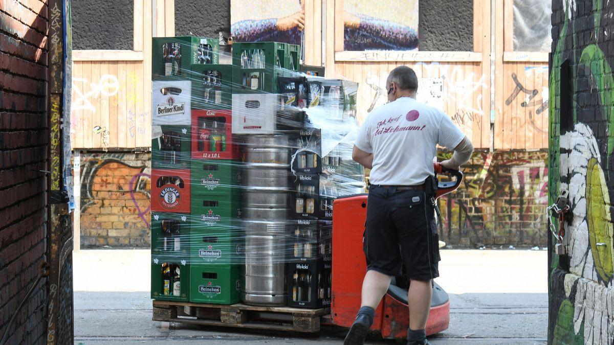 Symbolbild: Verschiedene Kästen und Fässer mit Bier
