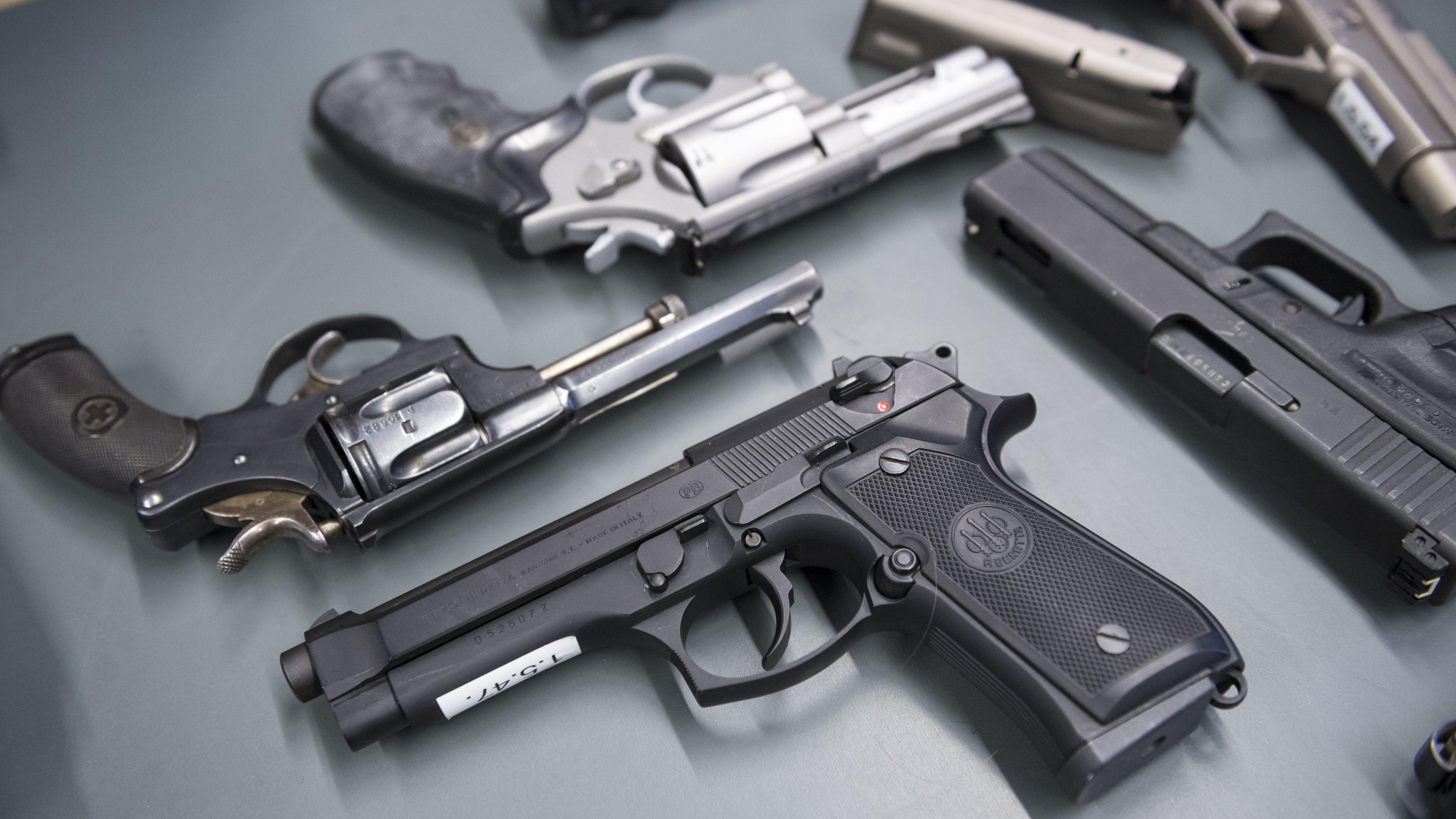 """Ausgelegte Waffen am technischen Seminar """"Waffen"""", welche unter die Revision des Schweizer Waffenrechts fallen, 2019, im fedpol in Bern"""