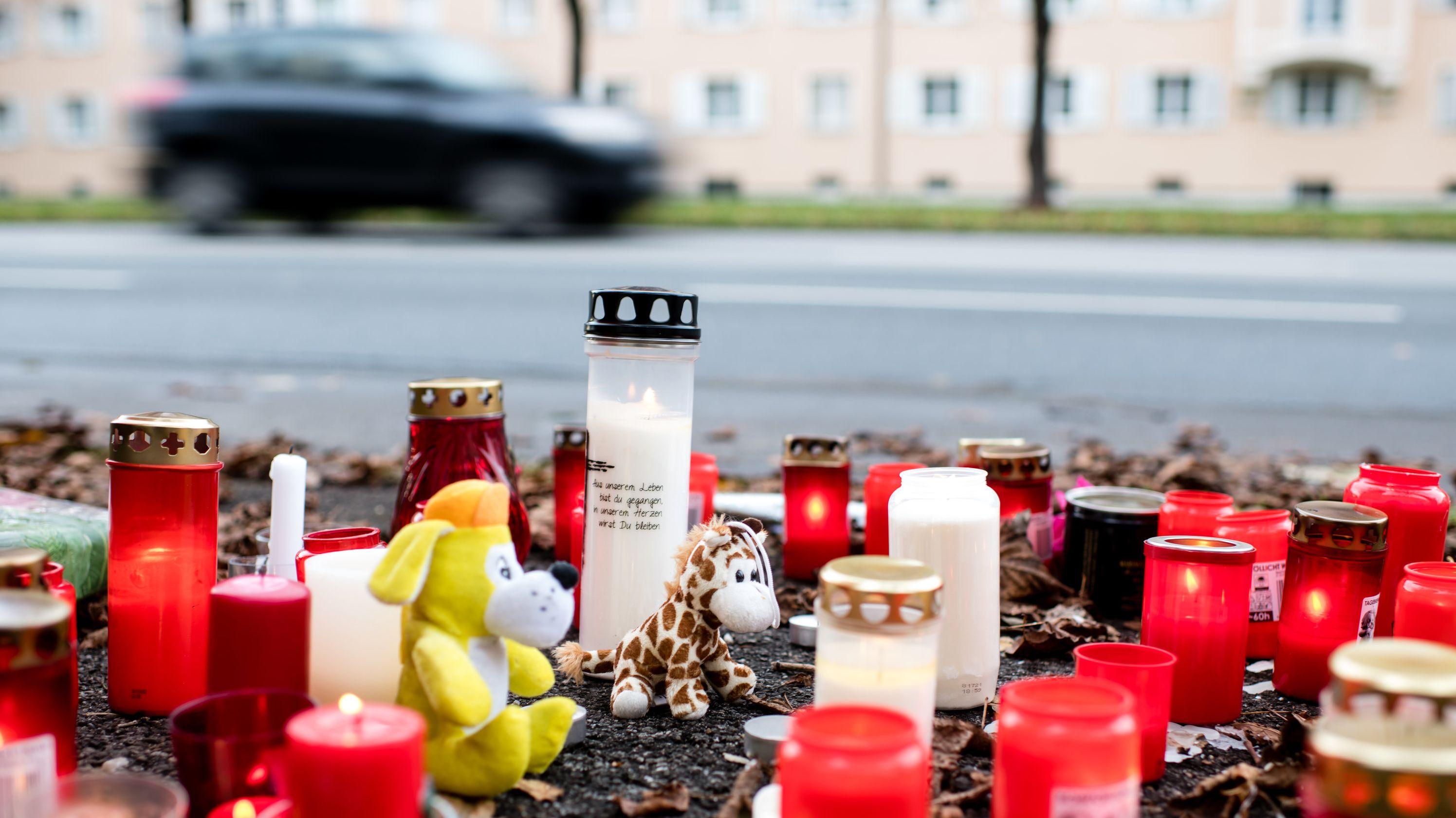 Kerzen und Blumen liegen an der Unfallstelle, an der am 15.11. ein 14-Jähriger zu Tode gekommen ist.