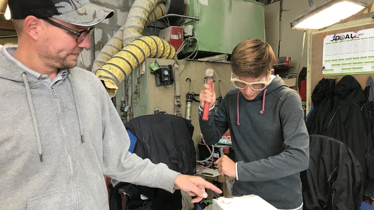 Elias Probst (r.) macht im elterlichen Betrieb eine Ausbildung zum Steinmetz