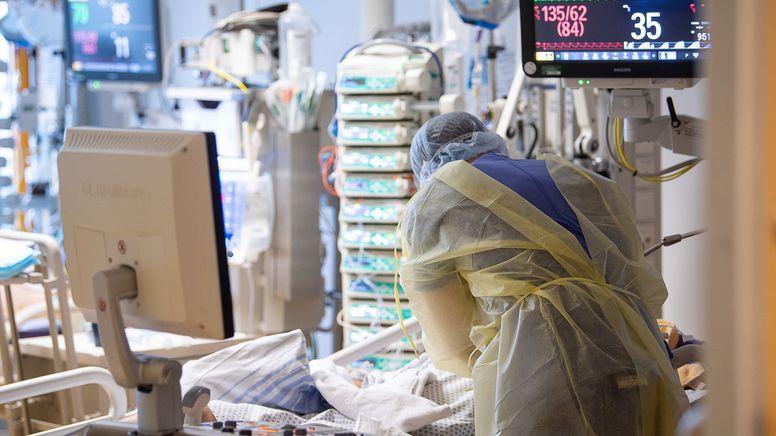 Ein Intensivpfleger arbeitet auf einer Intensivstation an einem Covid-19-Patient.   Bild:dpa-Bildfunk/Sebastian Gollnow