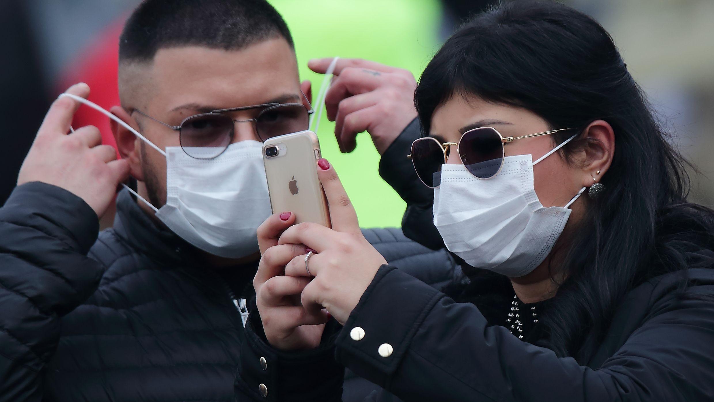 Auch in Zeiten des Coronavirus bleiben Smartphone und damit auch soziale Medien allgegenwärtig.