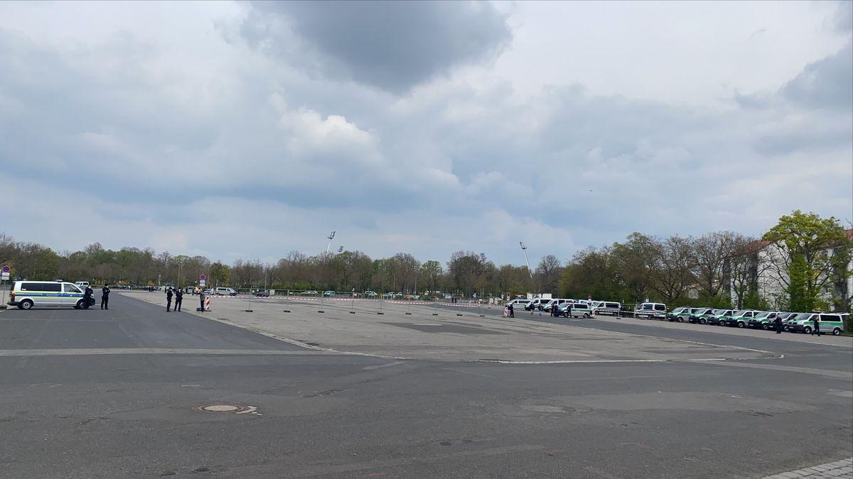 Die Polizei wartet am Volksfestplatz in Schweinfurt auf die Teilnehmer der SWADS-Demonstration.