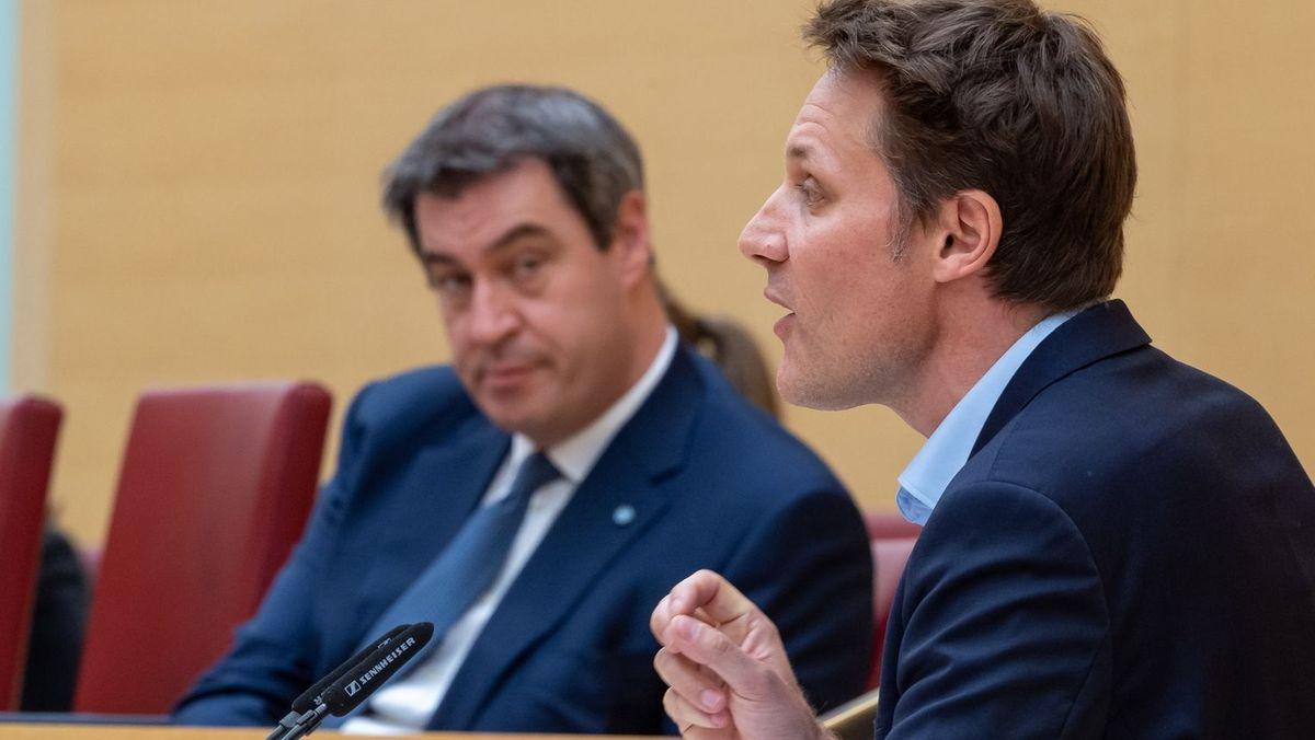 Der Fraktionsvorsitzende der Grünen im Bayerischen Landtag Ludwig Hartmann am Rednerpult. im Hintergrund Ministerpräsident Markus Söder.