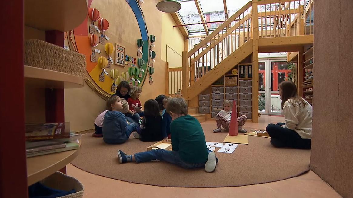 Kinder beim Spielen in einer Kita.