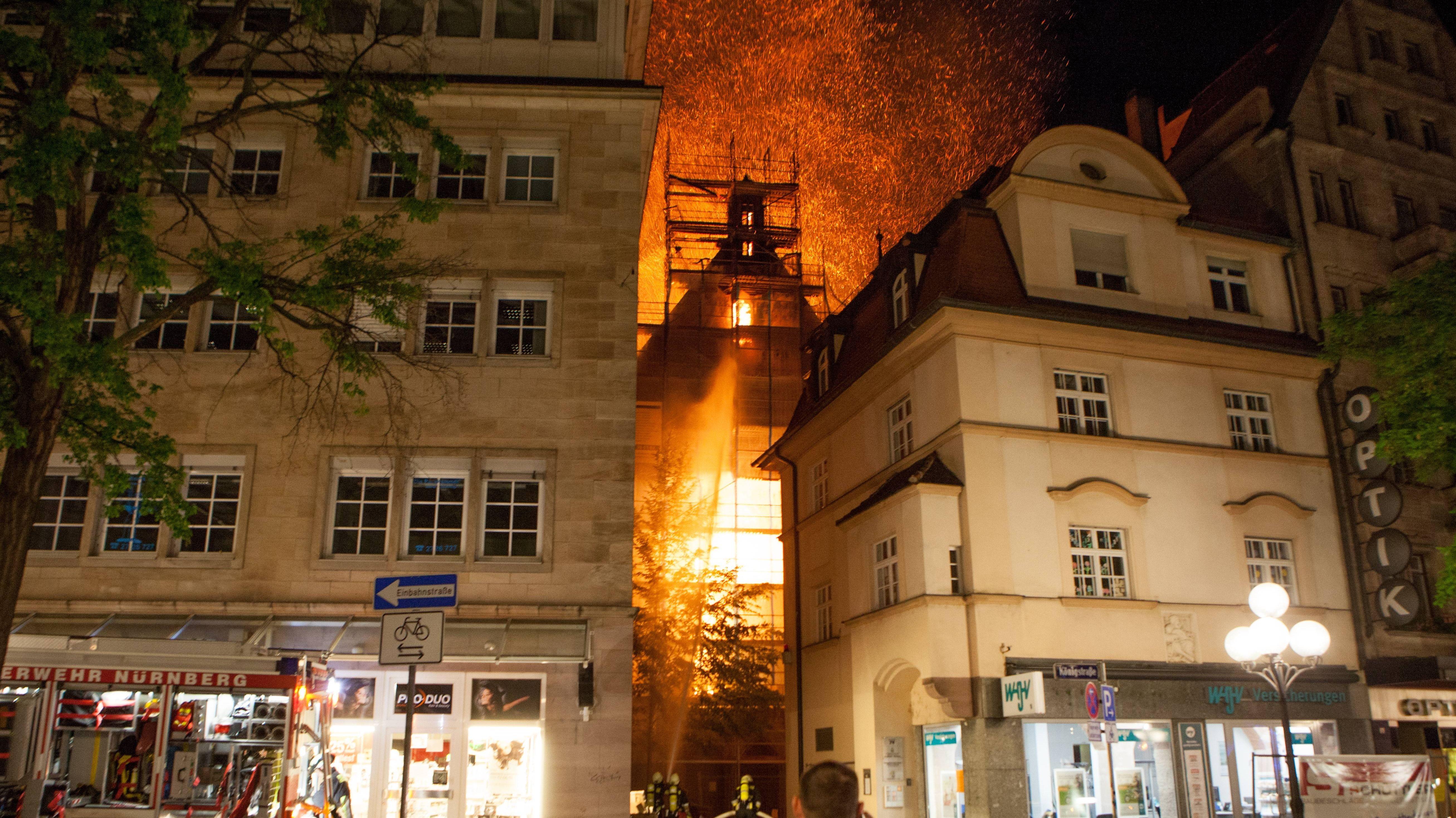 Flammen schlagen aus dem Dachstuhl