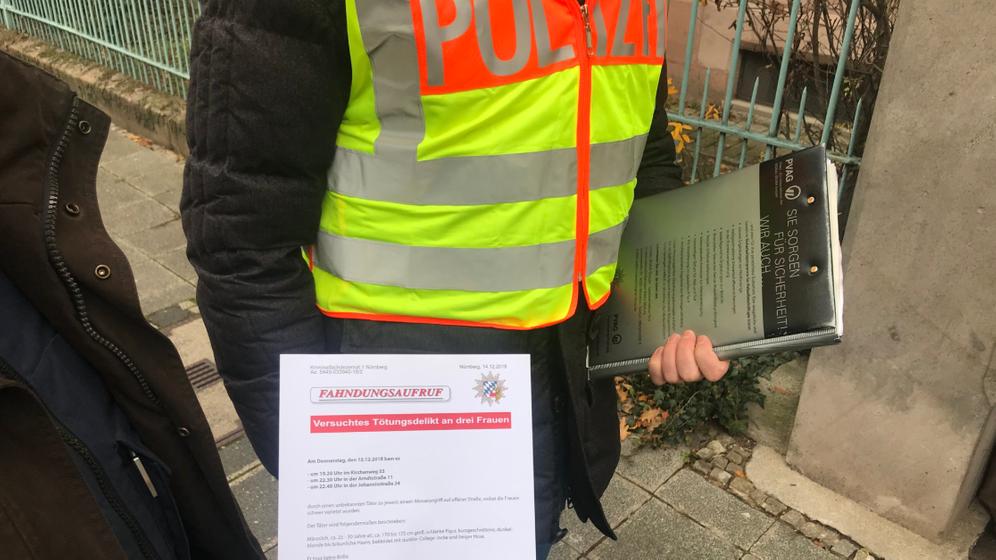 Einsatzkräfte der Polizei Mittelfranken mit einem Fahndungsaufruf am Tatort. | Bild:Twitter/Polizei Mittelfranken