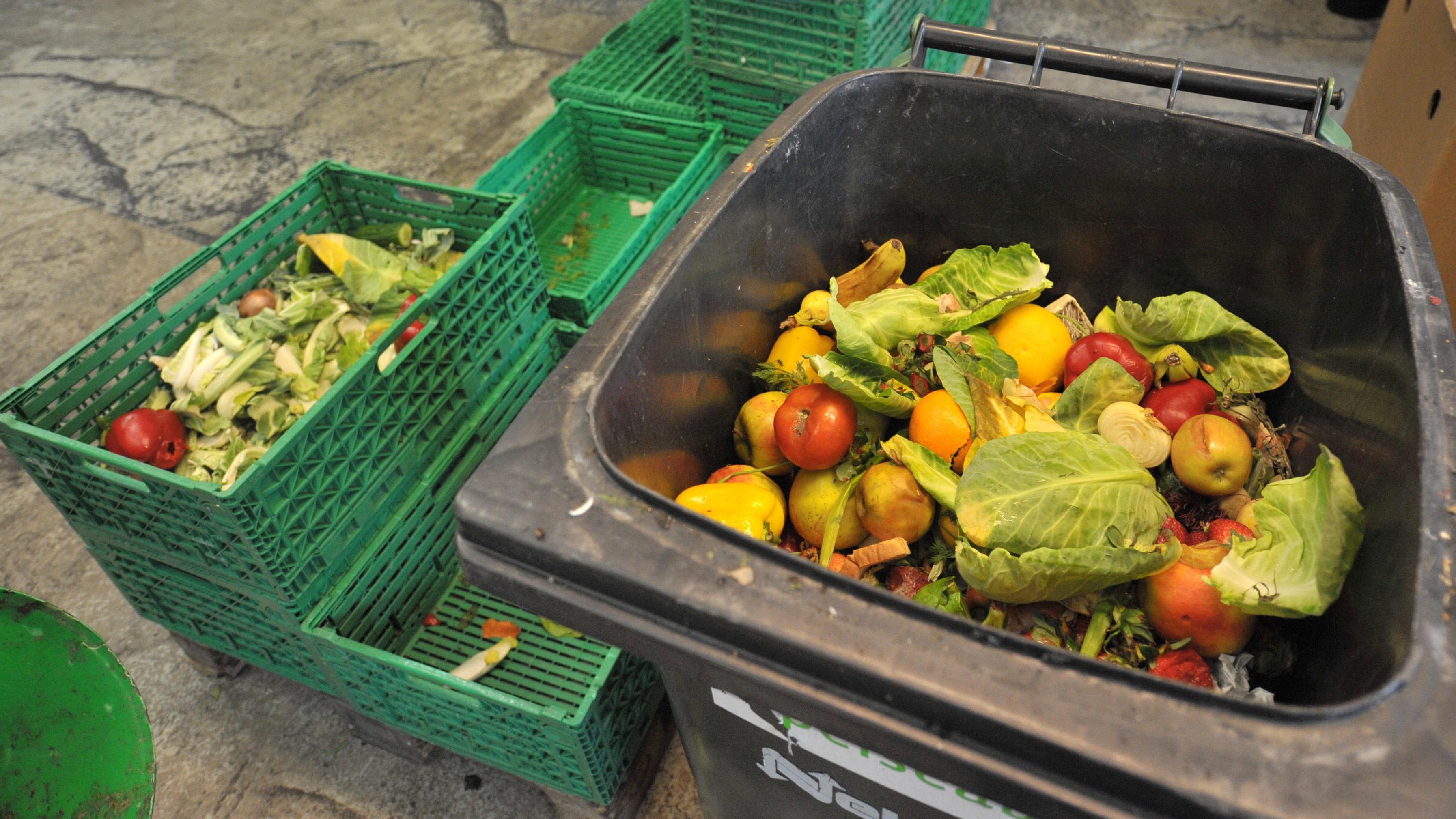 Weggeworfene Lebensmittel in der Mülltonne