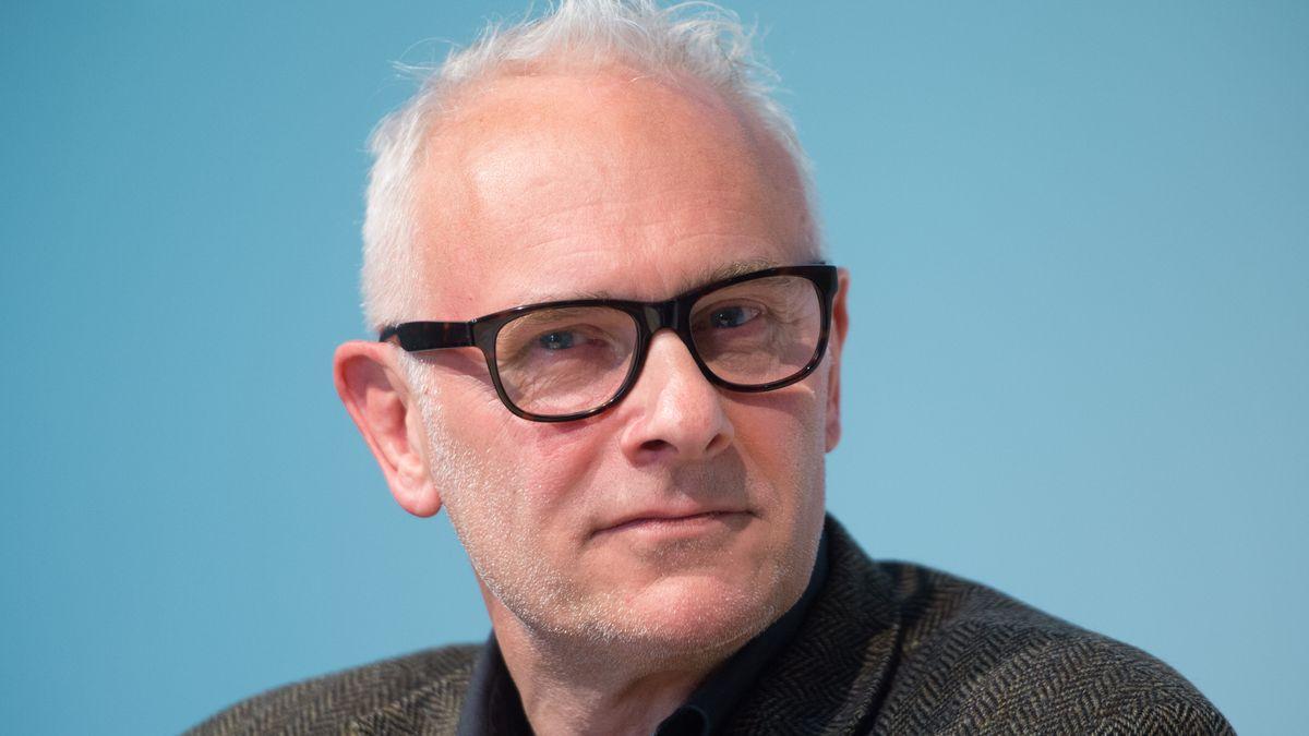 Ein Mann mit grauen Haaren und Dreitagebart: Herbert Fritsch 2016 beim 53. Berliner Theatertreffen