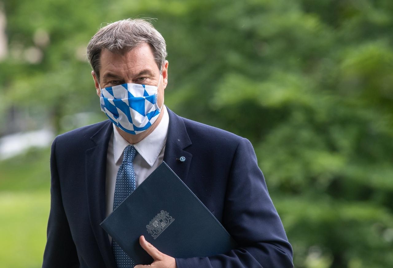 26.05.2020, Bayern, München: Markus Söder (CSU), Ministerpräsident von Bayern, geht nach der bayerischen Kabinettssitzung zu einer Pressekonferenz durch den Hofgarten. Foto: Peter Kneffel/dpa +++ dpa-Bildfunk +++