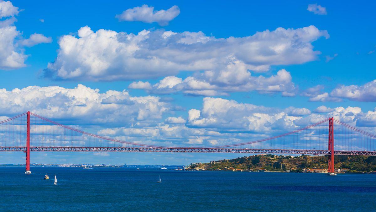Die Ponte 25 de Abril ist ein 3,2 Kilometer langer Brückenzug über den Tejo.