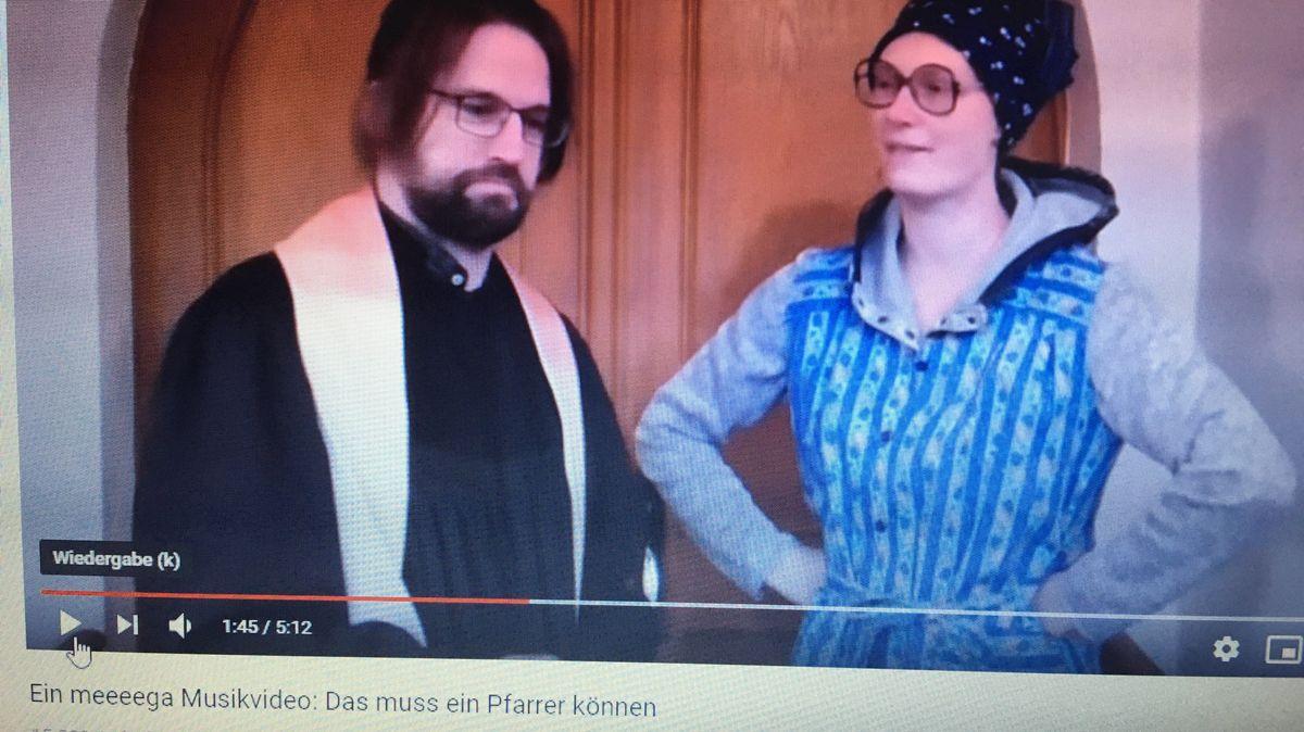 "Screenshot aus dem Musikvideo ""Das muss ein Pfarrer können"""