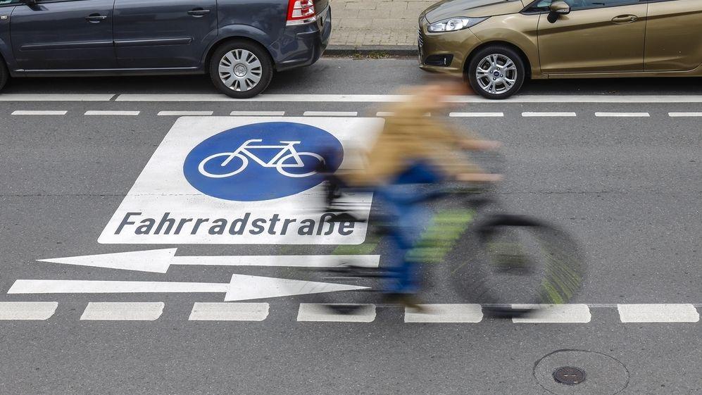Ein Radfahrer fährt auf einer Fahrradstraße.