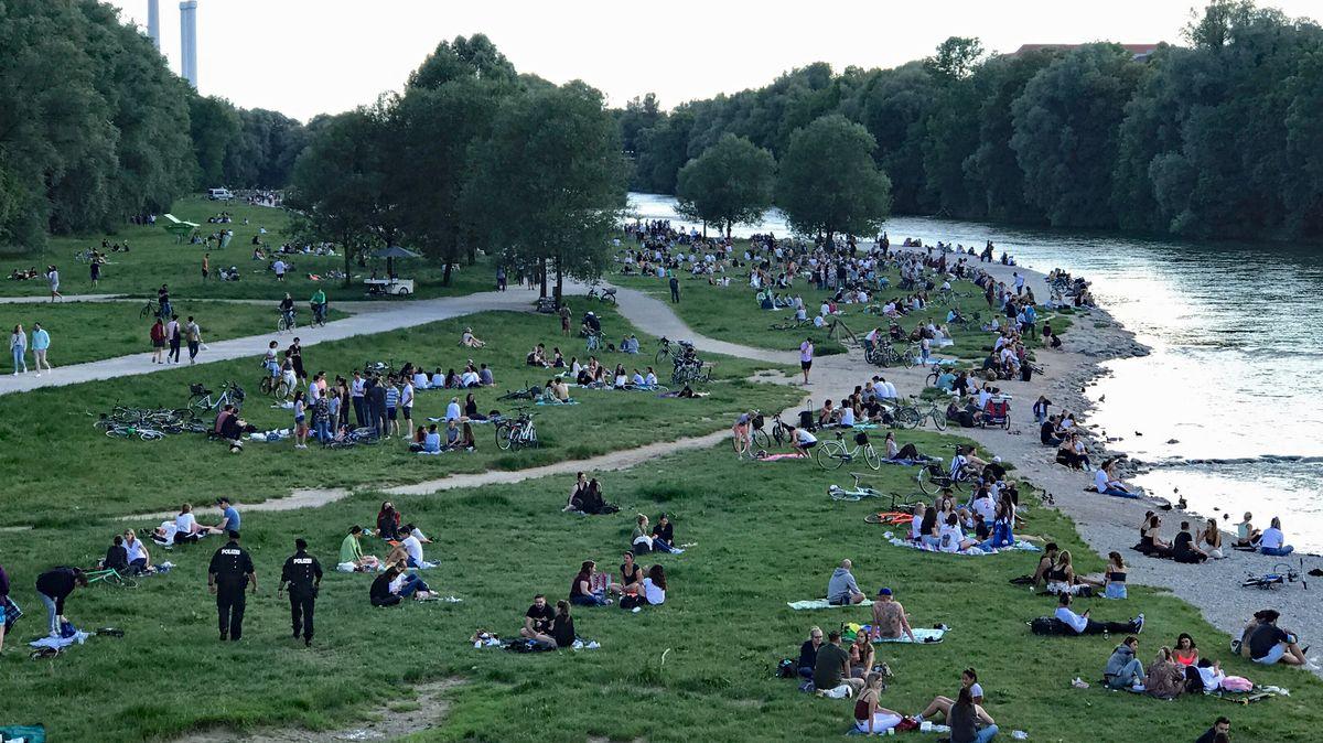 Münchner treffen sich zum Feiern an der Isar
