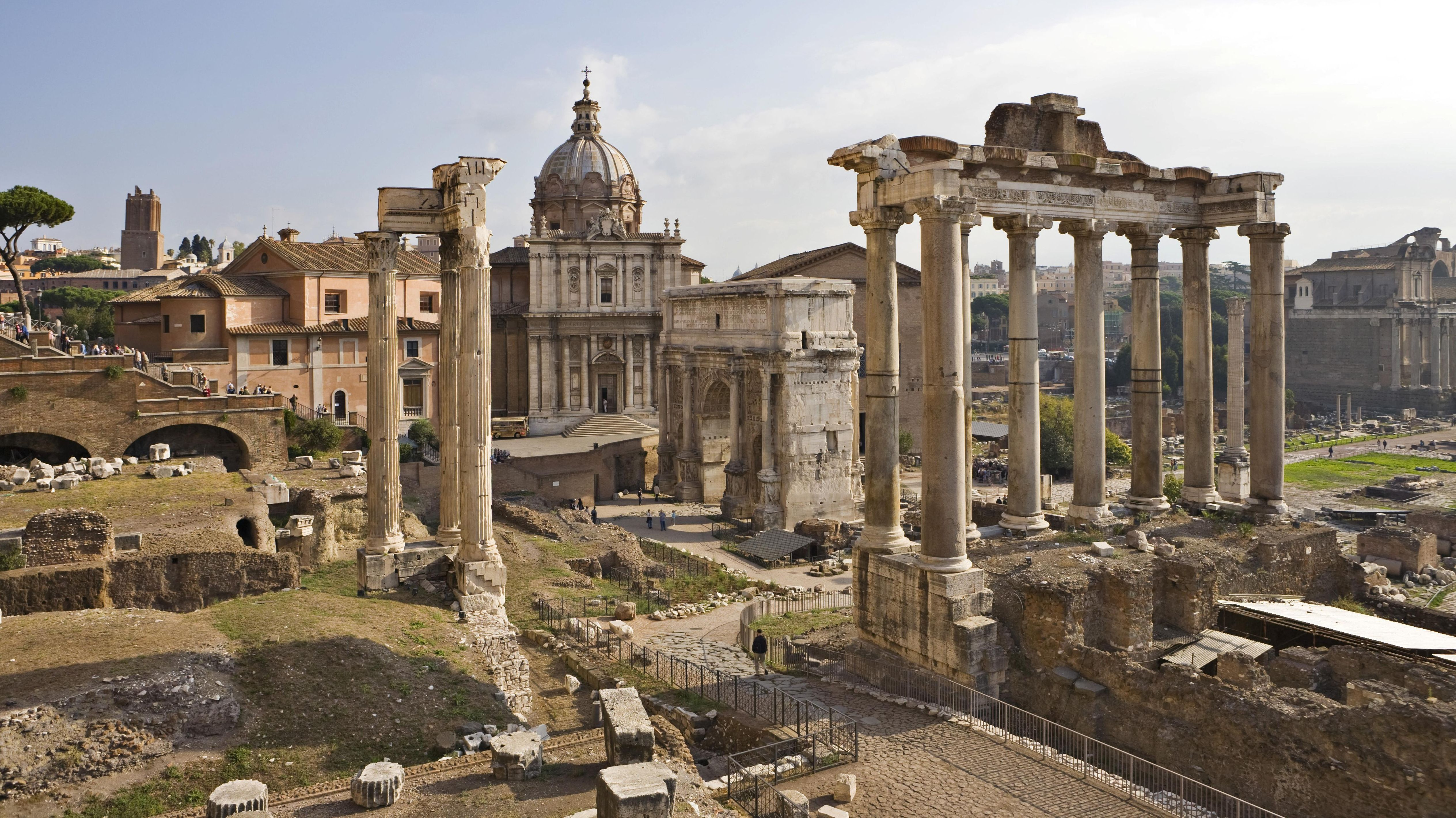 Blick die Via sacra vom Kapitol abwärts mit Vespasiantempel (links) und Saturntempel (rechts) dahinter Kirche SS Luca e Martina auf dem Forum Romanum